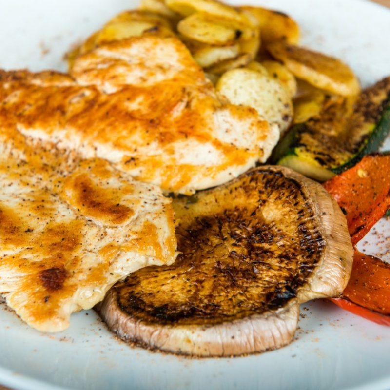 Petto di pollo ai ferri con patate rosolate e verdure alla griglia